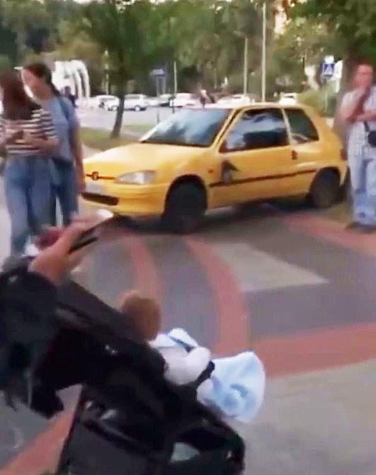 На Космонавтів жінка на Peugeot дивом не роз'їхала мати з візочком (Відео)