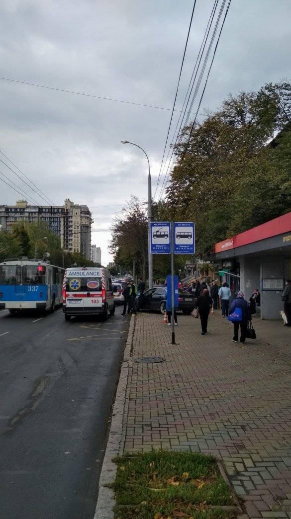 На 600-річчя BMW залетіло на зупинку. Постраждала жінка, яка чекала на тролейбус (Фото)