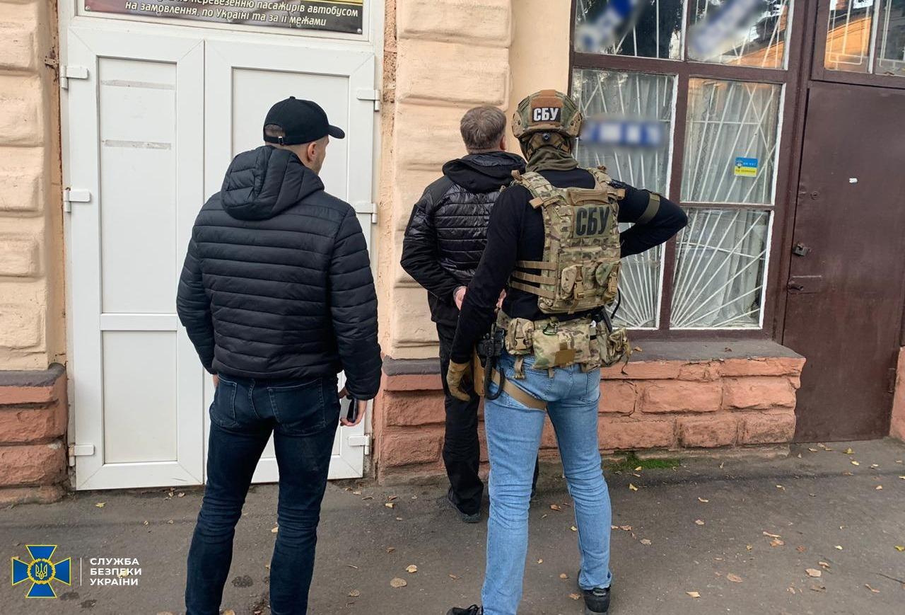 На Вінниччині ДБР затримала митника та брокера (Фото)