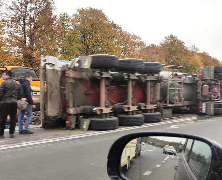 У Немирівському районі на трасі перекинулась вантажівка з буряками (Фото)