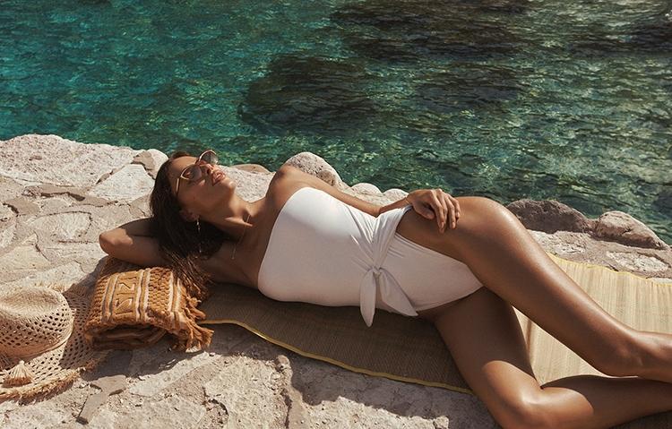 Ирина Шейк снялась в горячей рекламе купальников Zimmermann