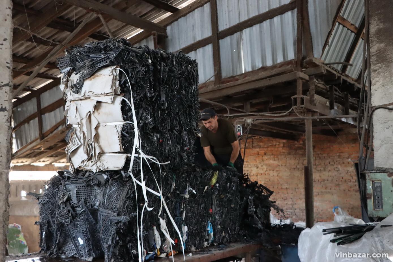 Завод у Вінниці виготовляє кришки для люків зі сміття. Продукцію експортують до Європи та Латинської Америки (Фото)
