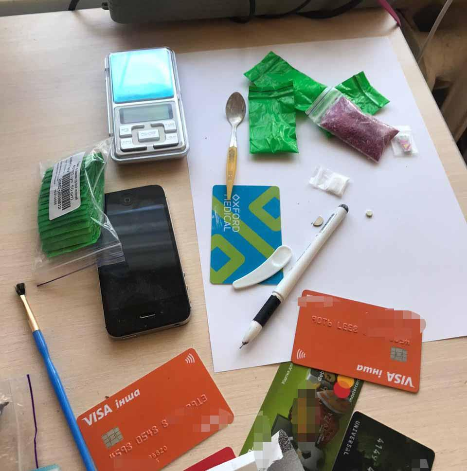 Амфетамін, електронні ваги та LSD-марки виявили під час обшуку в квартирі вінничанина (Фото)