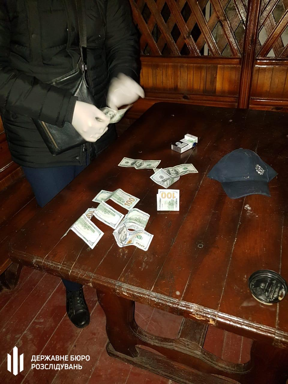 У Вінниці затримали поліцейського на хабарів в 1000 доларів (Фото)