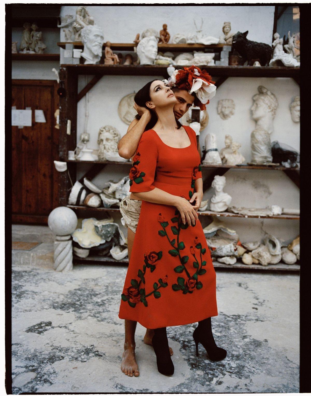 Моника Беллуччи снялась для Vogue Italia и чувственно поцеловалась с молодым парнем