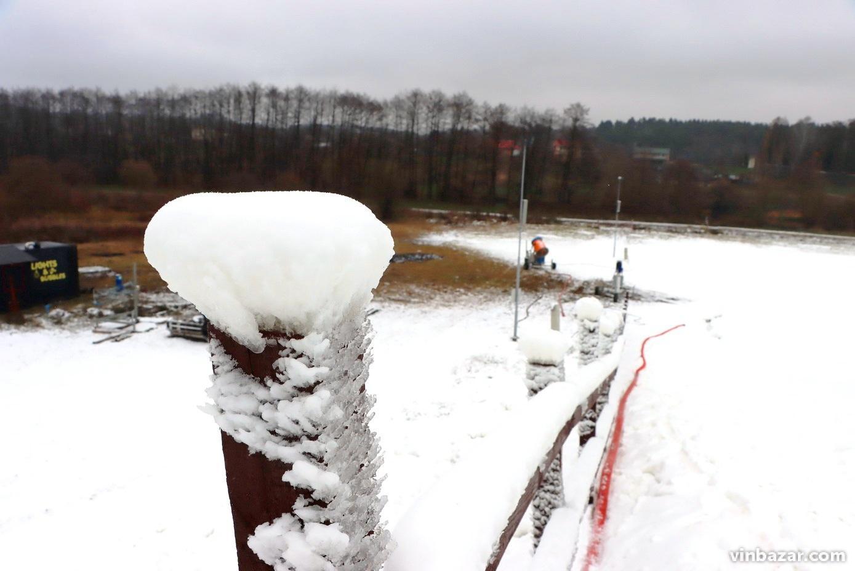 У тюбінговому парку біля Вінниці почали засніжувати траси для катання (Фото)