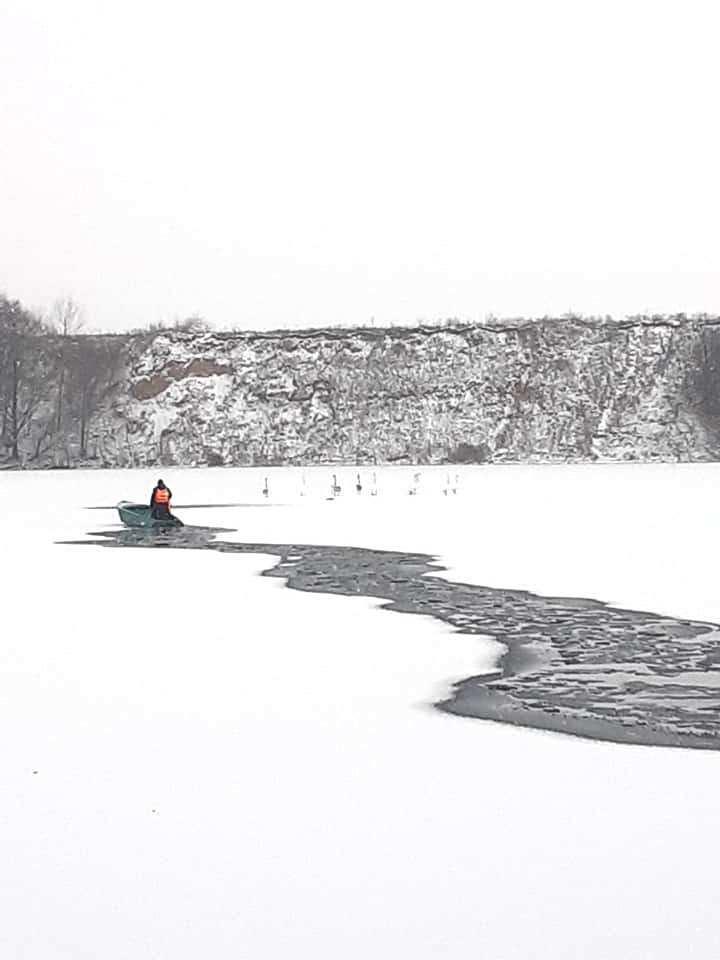 В Могилівці рятували зграю лебедів зі замерзлого кар'єру (Фото)