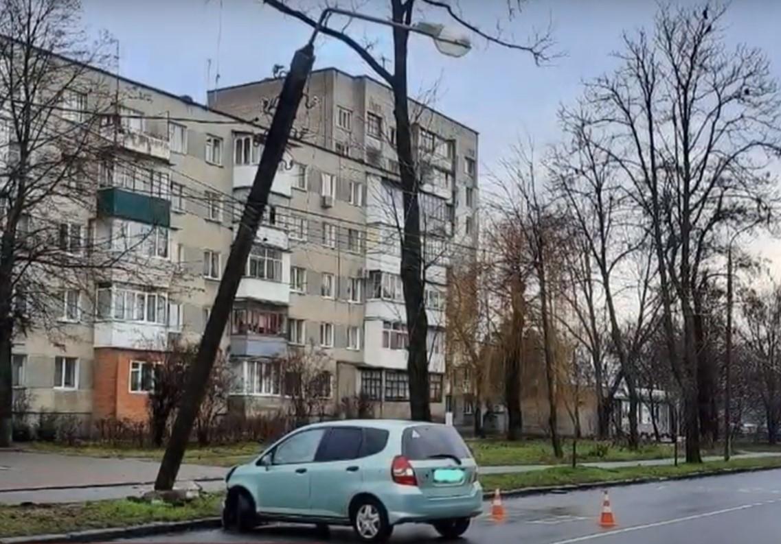 У Вінниці нетвереза кермувальниця збила електроопору (Відео)