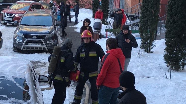 На Поділлі сталася пожежа у дев'ятиповерхівці. Евакуювали мешканців під'їзду (Фото+Відео)