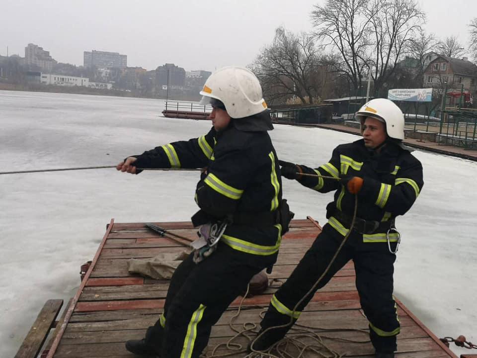 У Вінниці врятували чоловіка, який провалився під кригу (Фото)