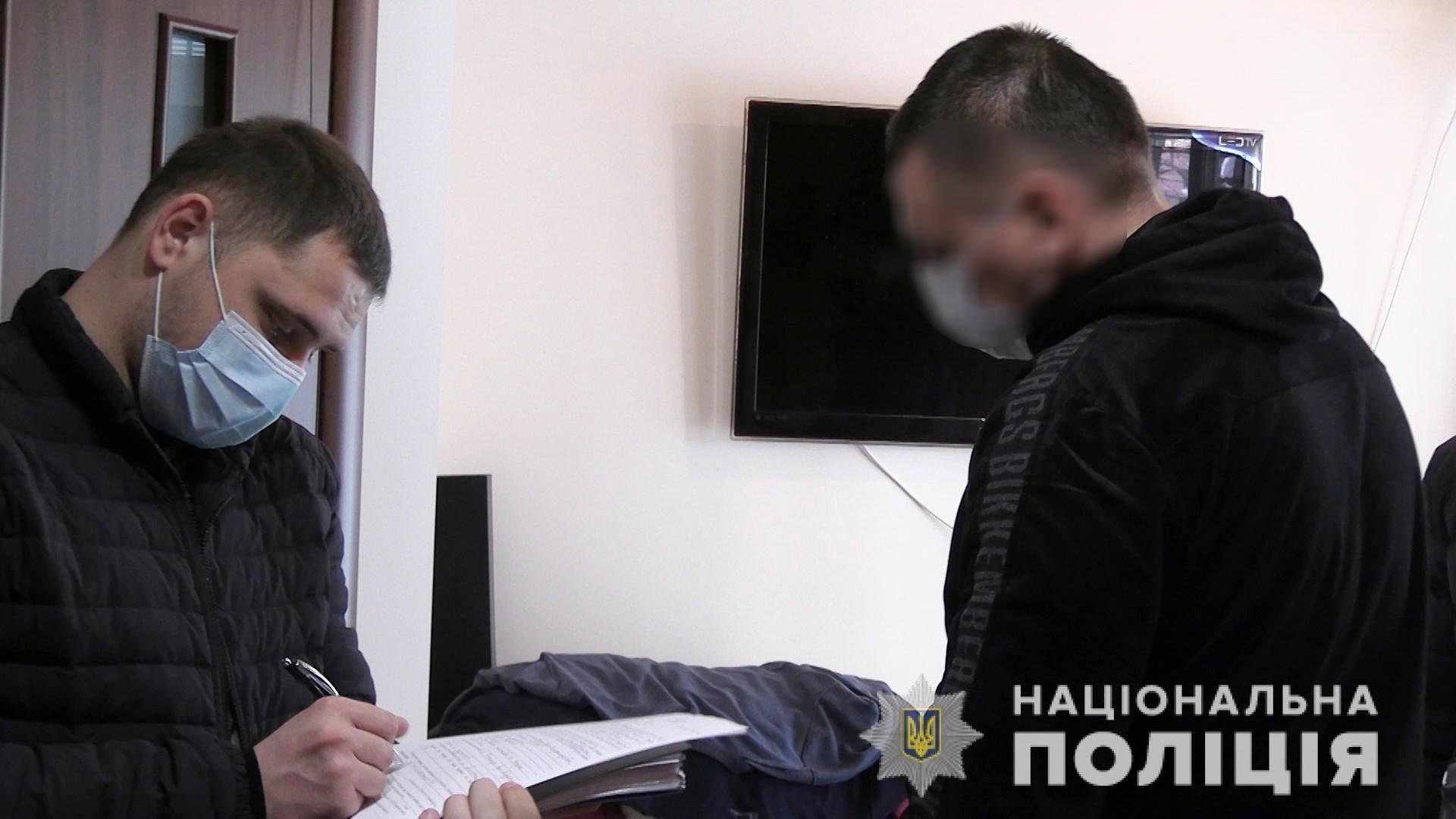 В одному з готельно-розважальних комплексів Вінниці вилучили зброю (Відео)
