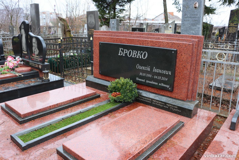"""Донька Кашпіровського, """"подвійні могили"""" та """"нечисть"""" на Гелловін: чим особливе закрите кладовище """"Підлісне"""" у Вінниці? (Фото)"""