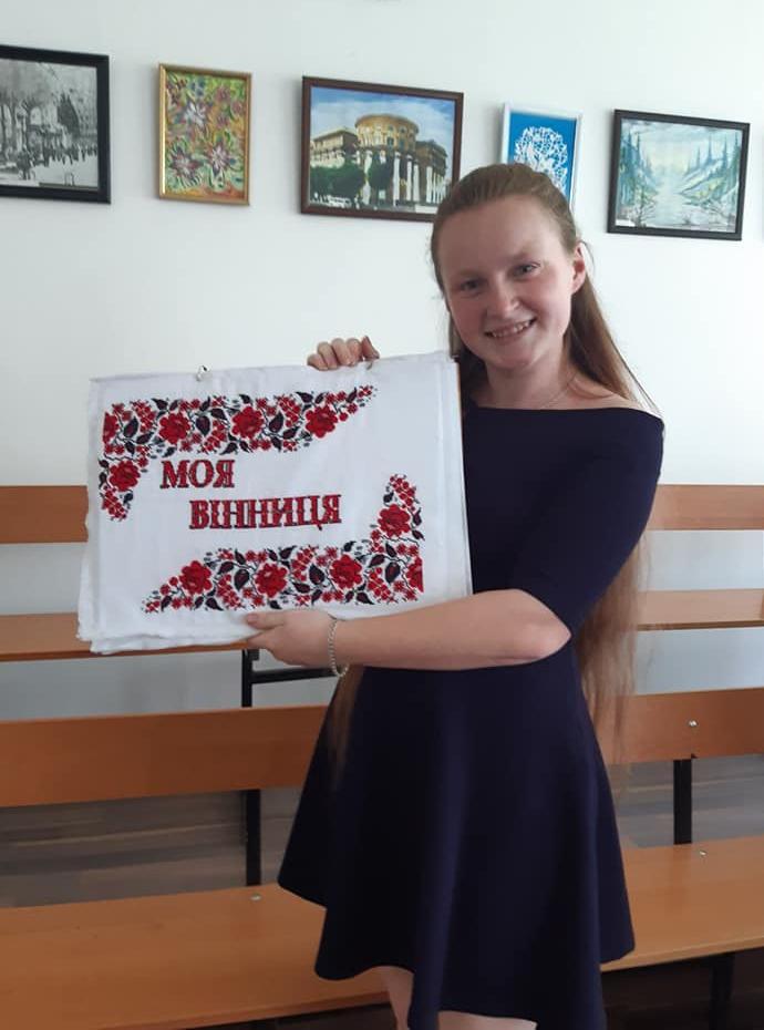 Студенти вишили книгу про Вінницю (Фото)