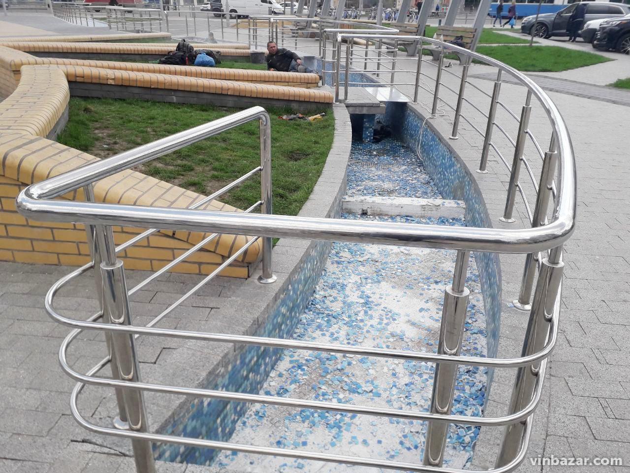 На проспекті Космонавтів почали ремонтувати фонтан з планетами (Фото)