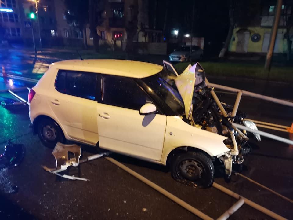У Вінниці нетверезий водій на Skoda Fabia протаранив огорожу біля зупинки громадського транспорту (Фото)