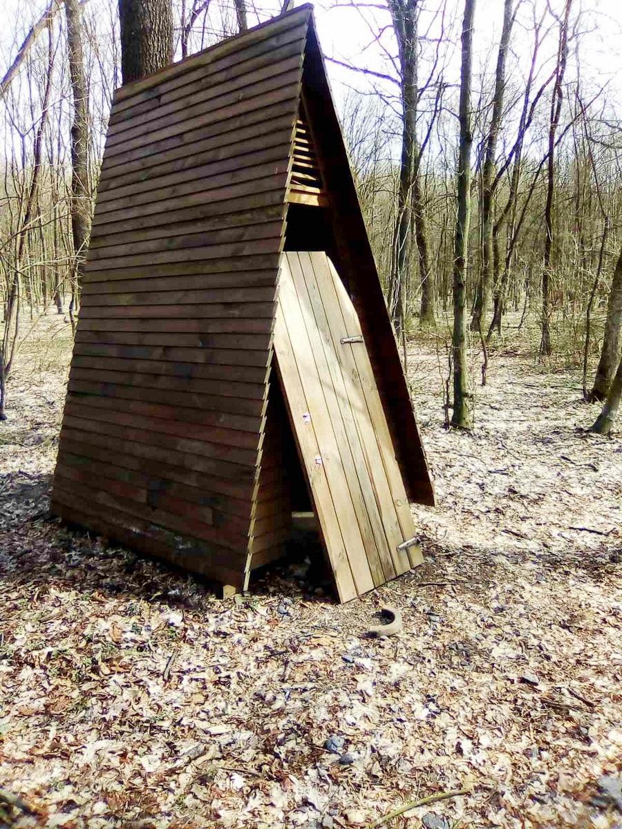 У Вінницькій області невідомі понівечили зону відпочинку (Фото)