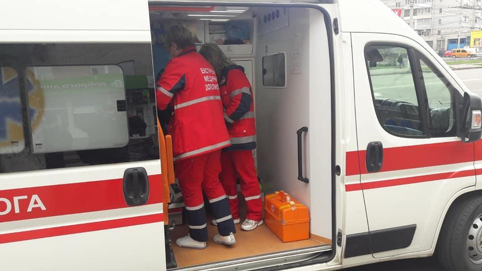 У Вінниці чоловікові стало зле на зупинці громадського транспорту (Фото)
