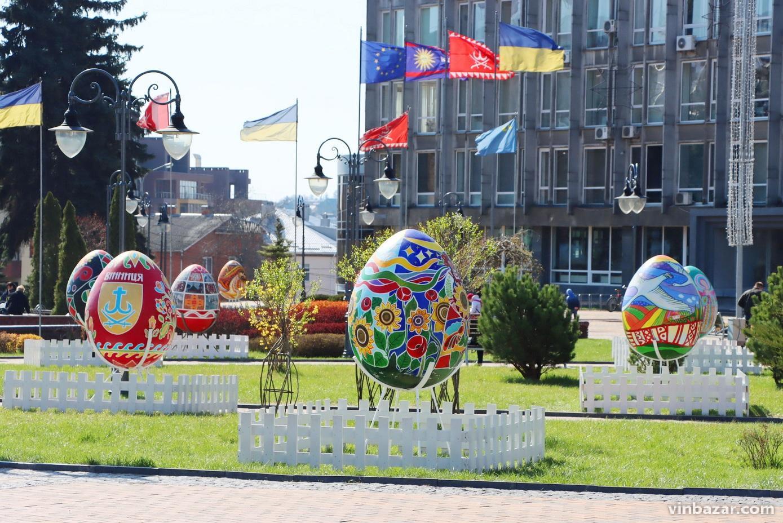 У центрі Вінниці встановили велетенські писанки (Фото)