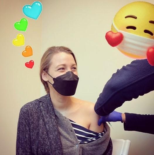 Актриса Блейк Лайвли вакцинировалась от COVID-19 вслед за мужем (Фото)