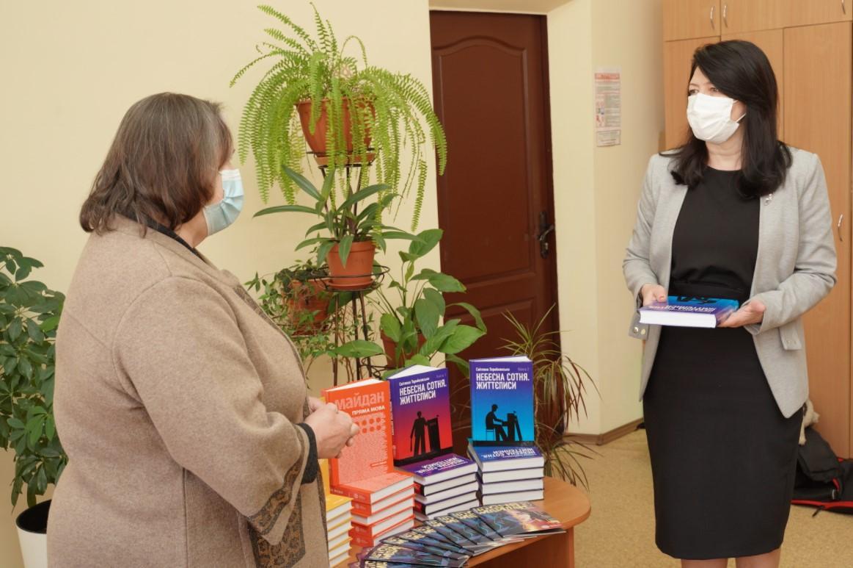 Мати Максима Шимка передала в школи Вінниці книги про історію Революції Гідності (Фото)