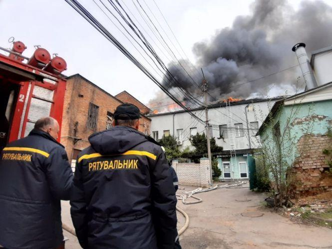 У Вінниці гасять масштабну пожежу. Горять офісні приміщення (Фото)