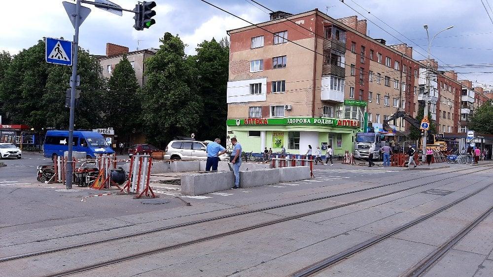 На вулиці Келецькій ремонтують тепломережі. Частково перекритий рух транспорту (Фото)