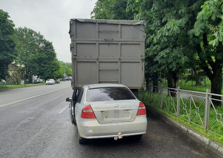 На Вінниччині ВАЗ в'їхав у припарковану вантажівку. Водій загинув, пасажирка в лікарні (Фото)