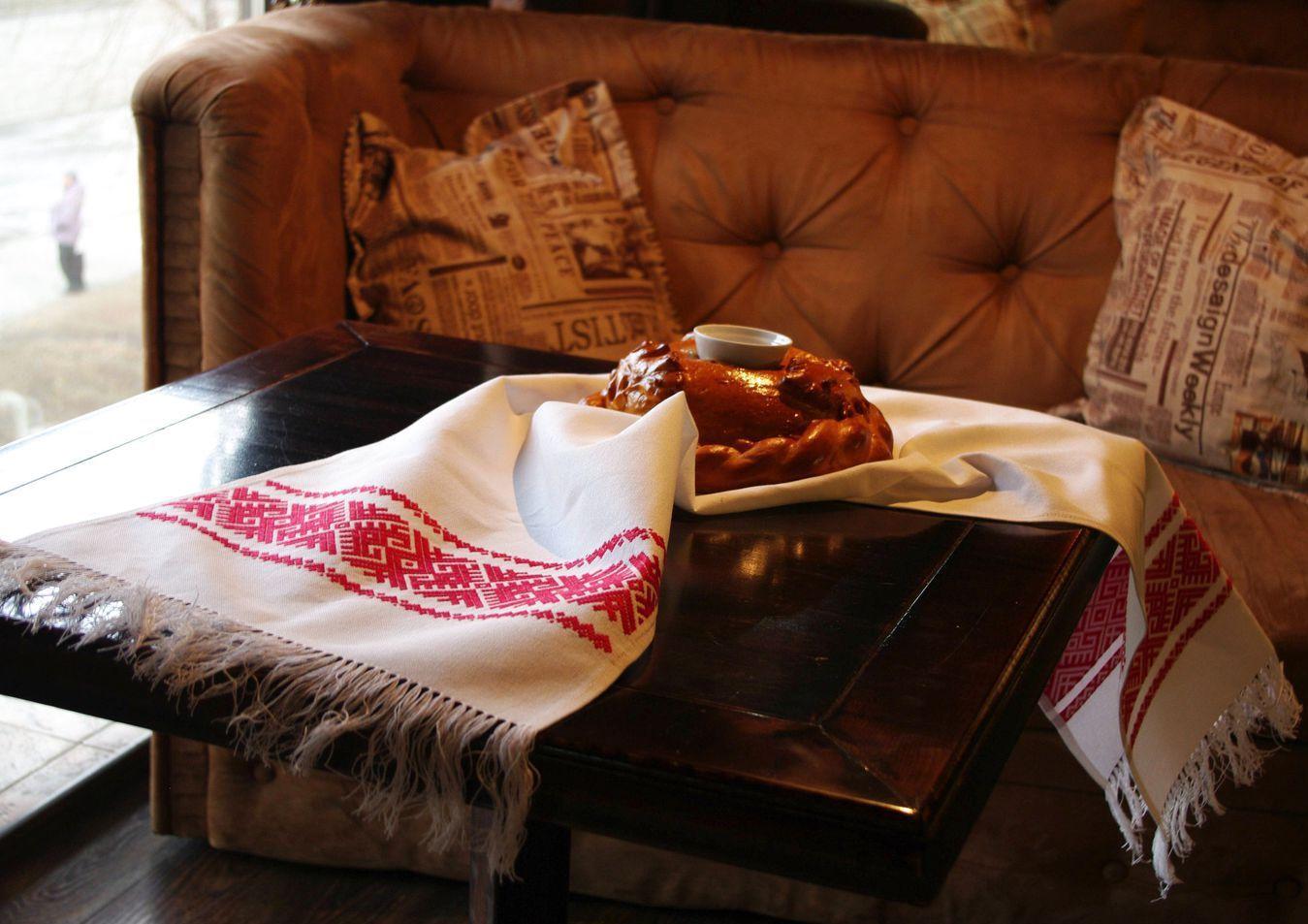 Хліб і сіль на українському рушнику