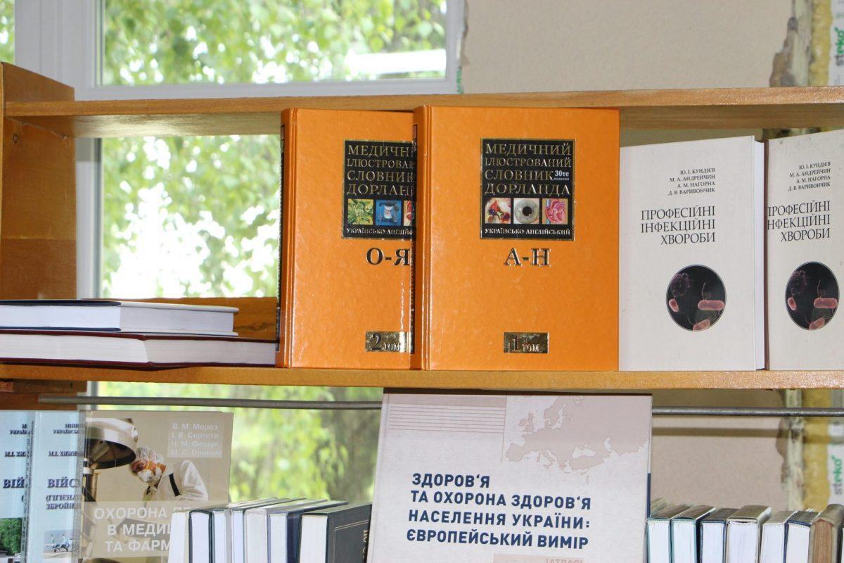 З приватної бібліотеки: професорка подарувала військовим медикам у Вінниці пів тисячі наукових видання (Фото)