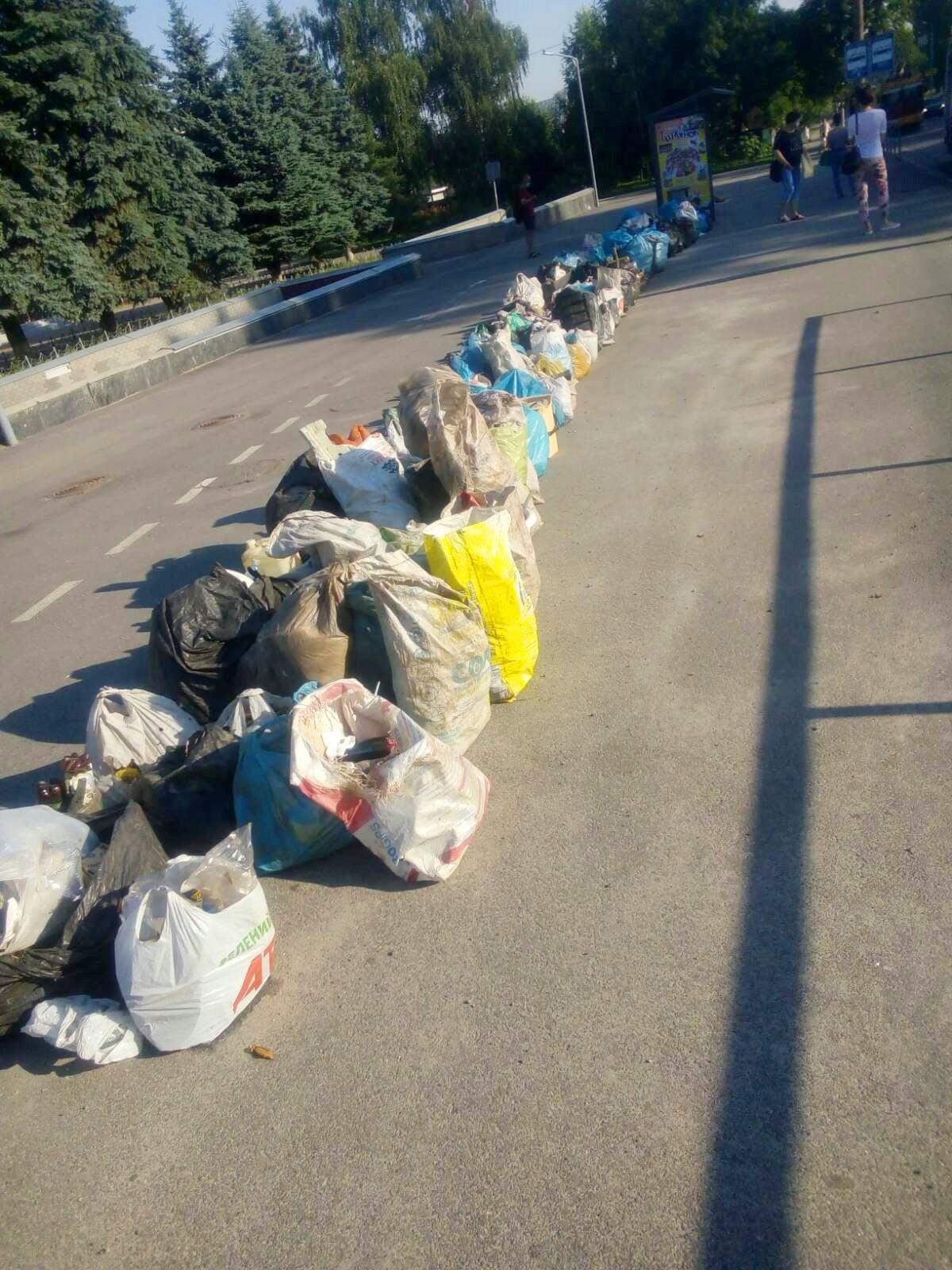 На Київській чоловік вишикував «батальйон» зі сміття (Фото+Відео)