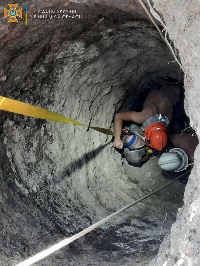 На Вінниччині 52-річного чоловіка, який чистив криницю, засипало камінням  (Фото+Відео)