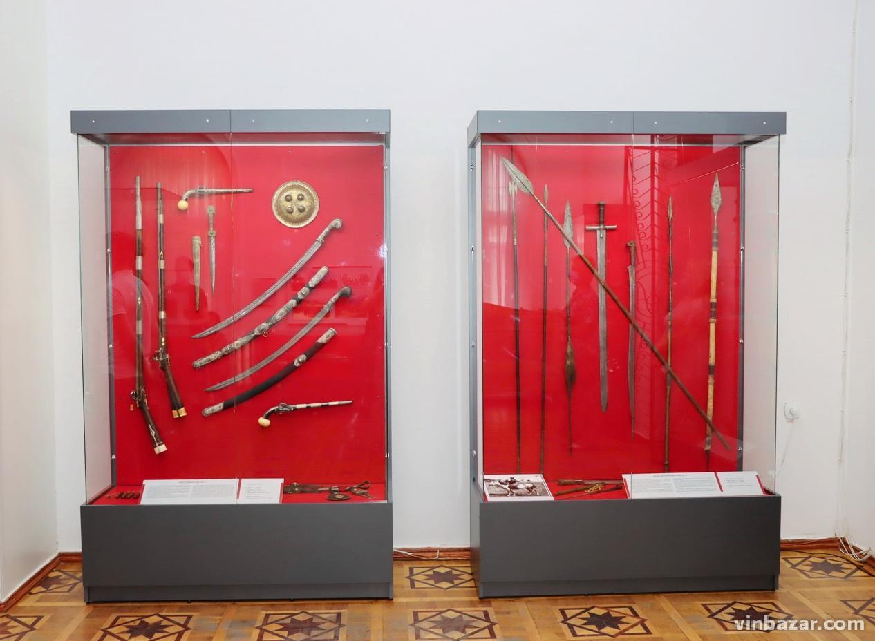 «Від каменюки до базуки»: у Вінницькому музеї представили виставку зброї та військового спорядження (Фото)