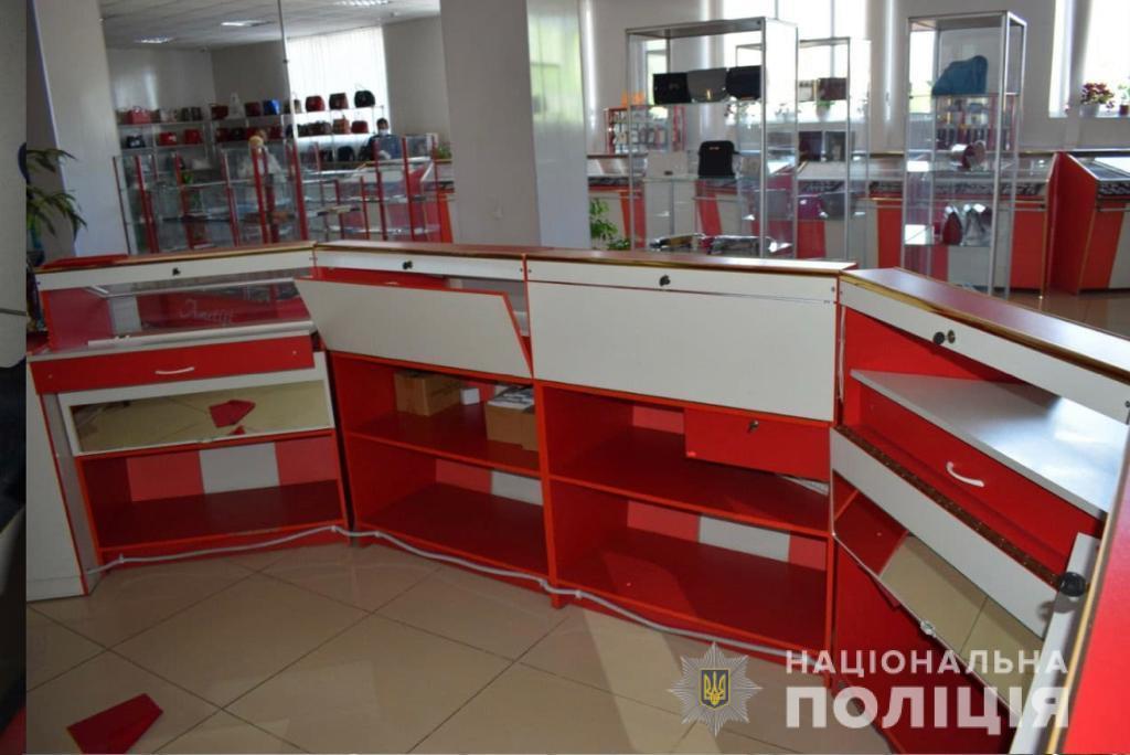 У Бершаді пограбували ювелірний магазин. Винесли 2 кг прикрас (Фото+Відео)