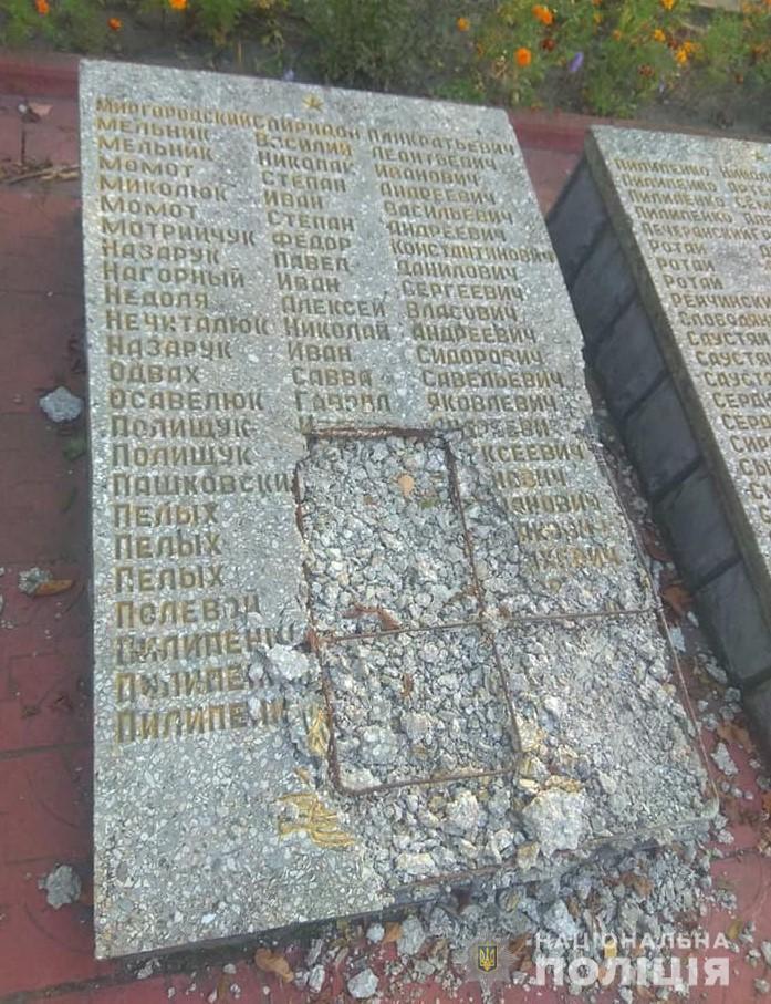У Гайсинському районі чоловік пошкодив Меморіал Слави згиблим солдатам (Фото)