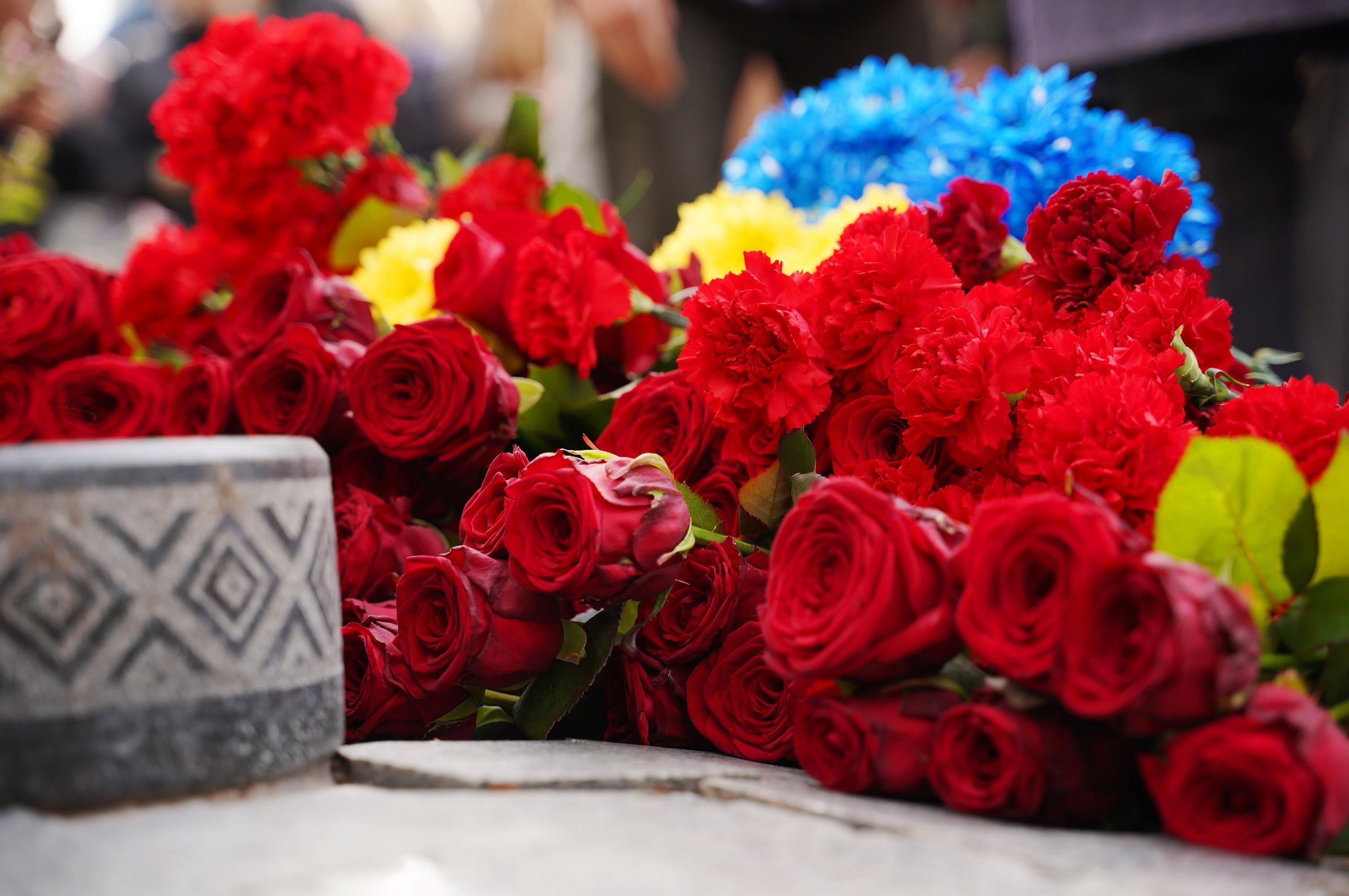 У Вінниці покладанням квітів вшанували загиблих захисників України (Фото)