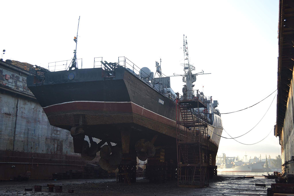 Одеський порт прийняв у ремонт корвет «Вінниця». Човен витягли на суходіл (Фото)